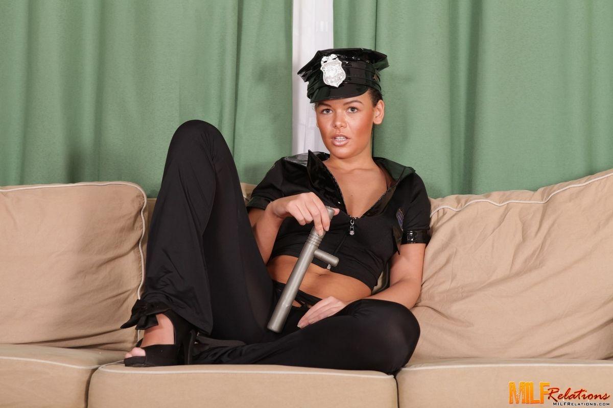 Линет Стег устроилась на работу в полицию и начала соблазнительно сношаться в писю и в жопу со всем задержанными