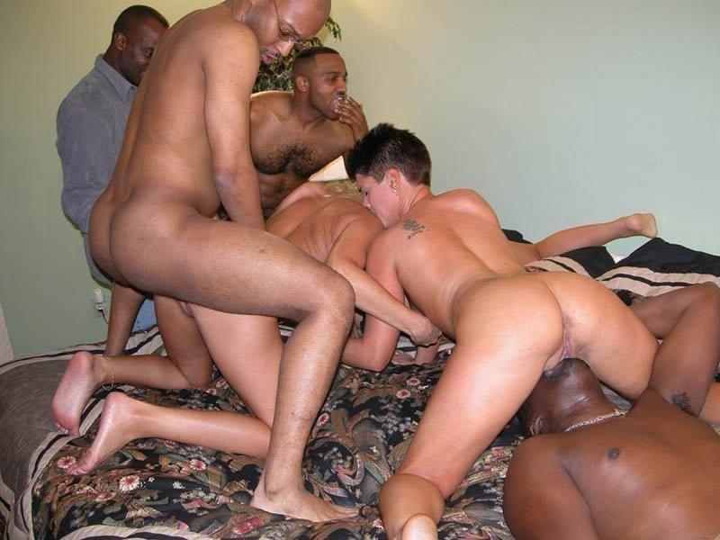 Афро делает аннилингус белой даме и приглашает своего друга, чтобы устроить настоящий групповой секс МЖМ