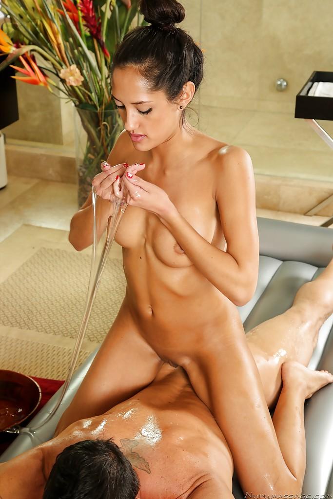 Массажистка Хлоя Амур делает массаж пацану всем телом