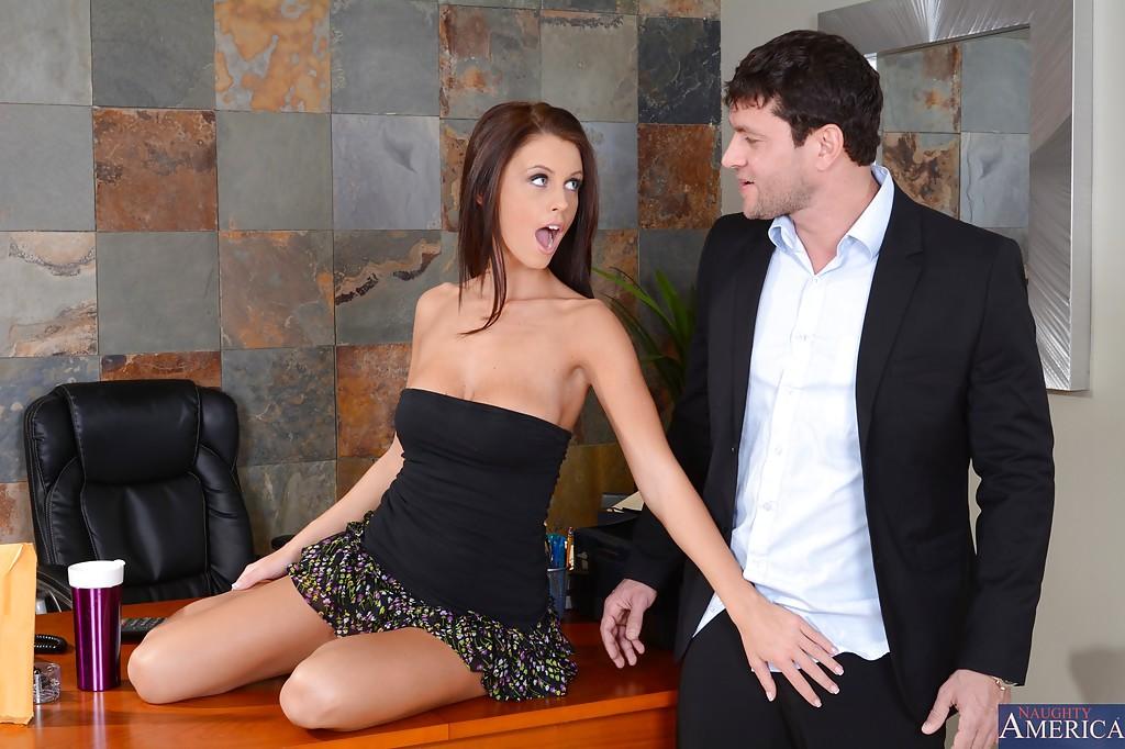 Секретарша трахнулась с начальником на его рабочем столе