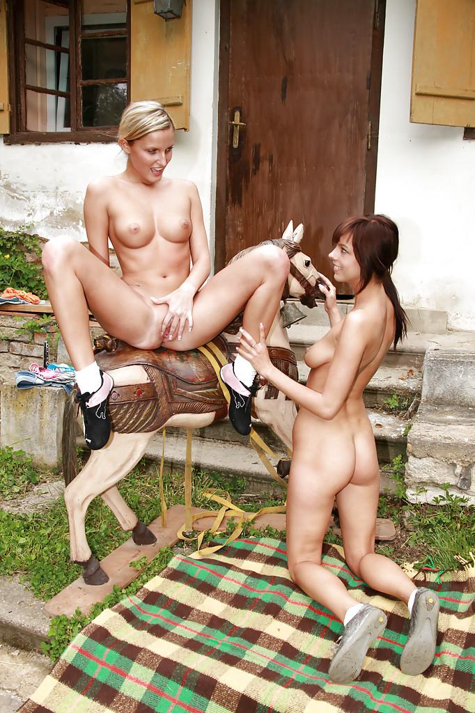 Сельские малышки порадовали друг друга кунилингусом