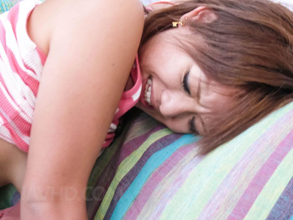 Приятная азиатская путана Mei Hitomi делает минет и дает любовнику потрахать свою текущую киску пальцами