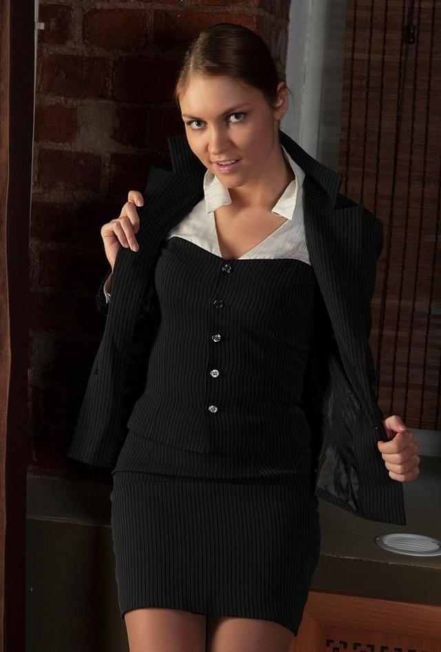 Великолепная мисс сняла с себя деловой костюм