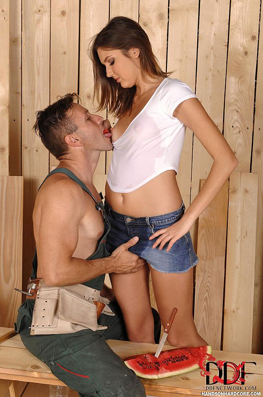 Негодная девочка-подросток Agness Miller соблазняет классного строителя на грубый секс
