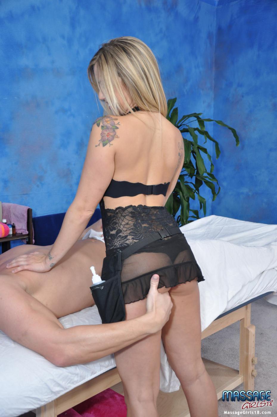 Сексуальная массажистка с милой попкой и выбритой мандой Sienna Milano скачет на писюне