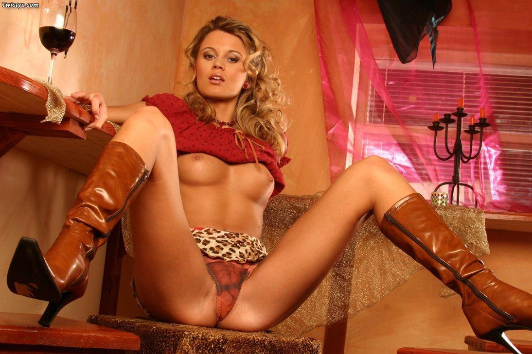 Возбуждённая златовласка Radka Varna оставляет надетыми сапоги до колена, когда трет свой опухший клитор