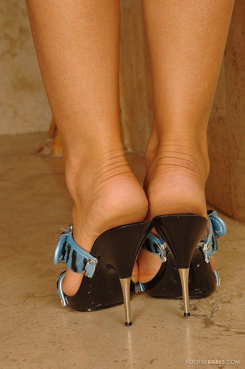 Неповторимая красоточка Jane F снимается без трусов после того как снимает шорты и высокие  каблуки
