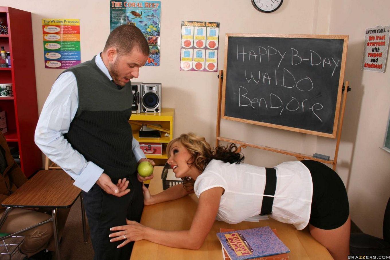 Кудрявая пышнотелая преподавательница Nikki Sexx занялась незабываемым совокуплением со студентом на свой день рождения