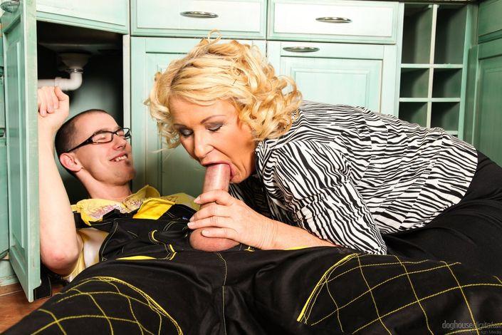 Молодой паренек дал пососать возрастной домохозяйке и кончил ей в рот и на дойки