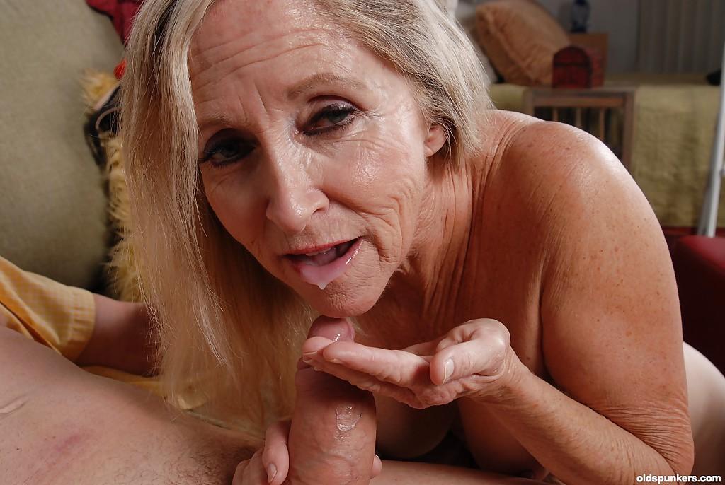 Лысый дедок пришел к бабуле выпить и заняться сексом