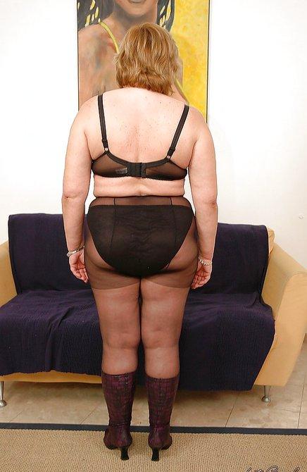 Голая зрелая представительница слабого пола делает селфи перед фотографом