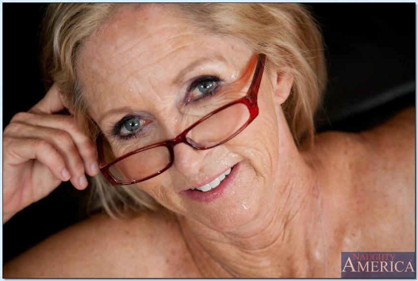 Бабка Annabelle Brady трахается с молодым парнем на кухне