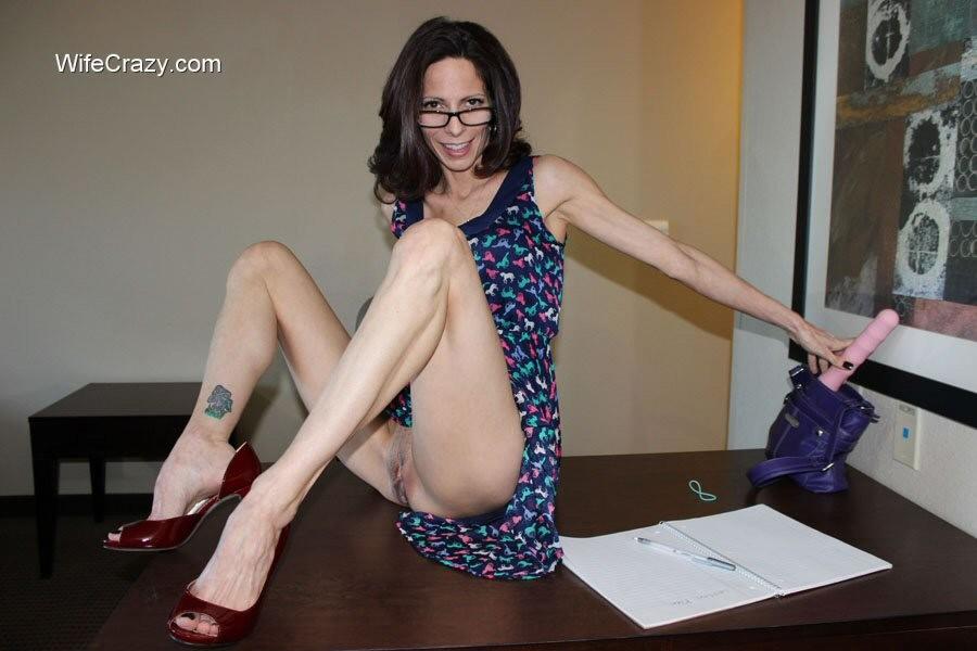 Ухоженная помошница Стейси мастурбирует на рабочем столе
