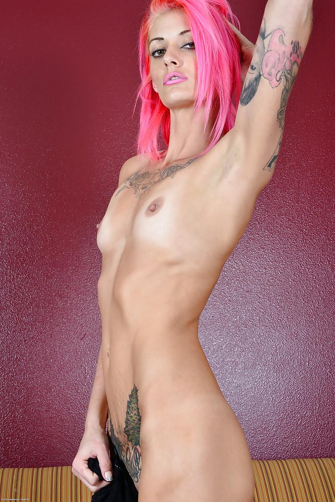 Щуплая Staci Simpson с розовыми волосами хвастается на козетке