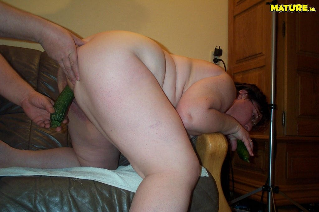 Жирная фрау с огурцом