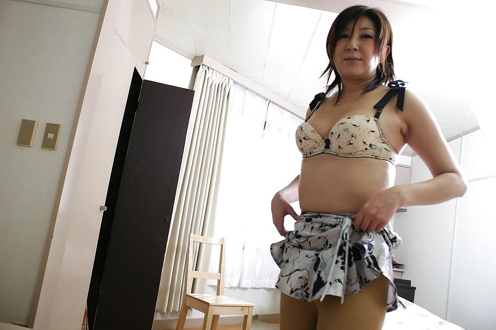 Опытная азиатская женщина стащила белье и бахвалится на козетке мохнатой писей секс фото